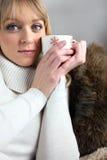 Blonde Frau gesessen auf Sofa Lizenzfreie Stockfotos