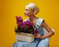 Blonde Frau getrennt auf Gelb Lizenzfreie Stockbilder