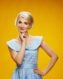 Blonde Frau getrennt auf Gelb Stockbilder