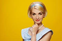 Blonde Frau getrennt auf Gelb Lizenzfreie Stockfotografie