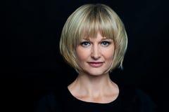 Blonde Frau getrennt gegen schwarzen Hintergrund lizenzfreie stockfotos