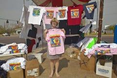Blonde Frau halten ein T-Shirt Lizenzfreie Stockbilder
