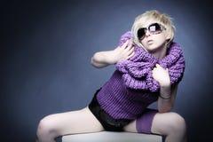 Blonde Frau in hellviolettem Lizenzfreies Stockfoto