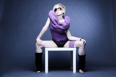 Blonde Frau in hellviolettem Stockfotografie