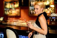 Blonde Frau im Abendkleid Stockfoto