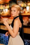 Blonde Frau im Abendkleid Lizenzfreies Stockfoto