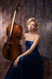 Blonde Frau im Abendkleid mit Cello Stockbilder