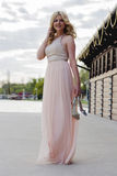 Blonde Frau im Abendkleid am See Stockbilder