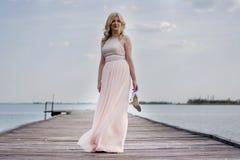 Blonde Frau im Abendkleid am See Lizenzfreies Stockfoto