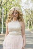 Blonde Frau im Abendkleiderbetrieb Stockfoto