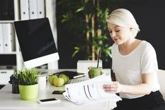 Blonde Frau im Büro Lizenzfreie Stockfotos