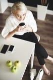 Blonde Frau im Büro Lizenzfreies Stockfoto