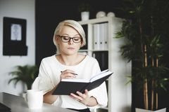 Blonde Frau im Büro Stockfoto