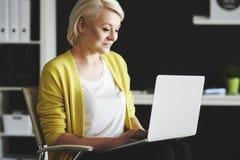 Blonde Frau im Büro Stockbilder
