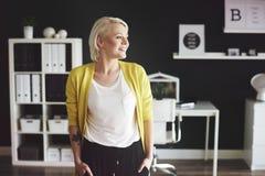 Blonde Frau im Büro Stockfotografie