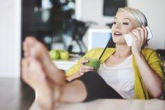 Blonde Frau im Büro Stockfotos