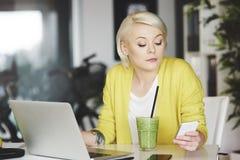 Blonde Frau im Büro Lizenzfreies Stockbild