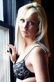 Blonde Frau im Büstenhalter Lizenzfreie Stockfotografie