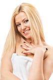 Blonde Frau im Badekurorttuch Stockfotografie