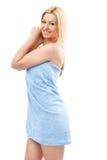 Blonde Frau im Badekurorttuch Stockbild