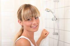 Blonde Frau im Badezimmer Lizenzfreie Stockfotografie