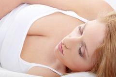 Blonde Frau im Bett Lizenzfreie Stockfotos