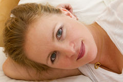 Blonde Frau im Bett Lizenzfreie Stockbilder