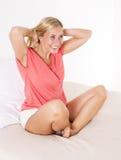 Blonde Frau im Bett Stockfoto