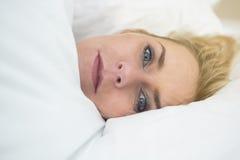 Blonde Frau im Bett Stockfotografie