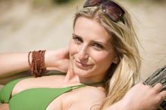 Blonde Frau im Bikini entspannen sich auf Strand Stockbild