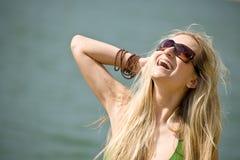 Blonde Frau im Bikini haben Spaß in Meer Stockbilder