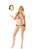 Blonde Frau im Bikini mit Volleyball Stockfotos