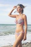 Blonde Frau im Bikini am Strand Lizenzfreie Stockfotografie
