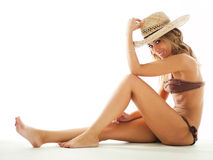 Blonde Frau im Bikini und im Strohhut Stockfoto
