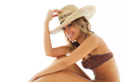Blonde Frau im Bikini und im Strohhut Stockfotografie