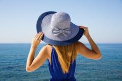 Blonde Frau im Blau Lizenzfreie Stockbilder