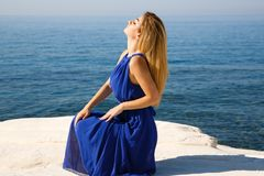 Blonde Frau im Blau Stockfoto