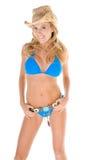Blonde Frau im blauen Bikini Stockbild