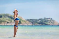 Blonde Frau im blauen Bikini auf weißem tropischem Strand Lizenzfreies Stockbild