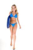 Blonde Frau im blauen Bikini mit Abgeschöpft-Vorstand Lizenzfreies Stockbild