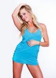 Blonde Frau im blauen Kleid Lizenzfreies Stockfoto