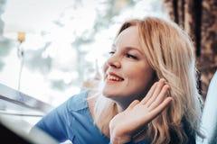 Blonde Frau im blauen Kleid im Café Lizenzfreie Stockfotografie