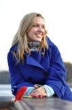 Blonde Frau im blauen Mantel Lizenzfreies Stockfoto