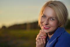 Blonde Frau im blauen Mantelporträt Lizenzfreies Stockbild