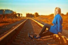 Blonde Frau im blauen Mantelporträt Lizenzfreie Stockfotografie