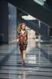 Blonde Frau im bunten Kleid Lizenzfreies Stockfoto