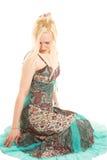 Blonde Frau im bunten Kleid Stockfotografie