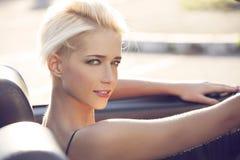 Blonde Frau im cabrio Stockbild