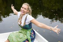 Blonde Frau im Dirndl Lizenzfreie Stockbilder