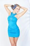 Blonde Frau im eleganten Kleid mit blauen Blumen Lizenzfreie Stockfotografie